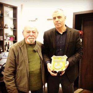 כפר סבא: חבר מועדון הגמלאים סירקין, חיים שטרנשיס, העניק לראש העירייה יצירה מיוחדת