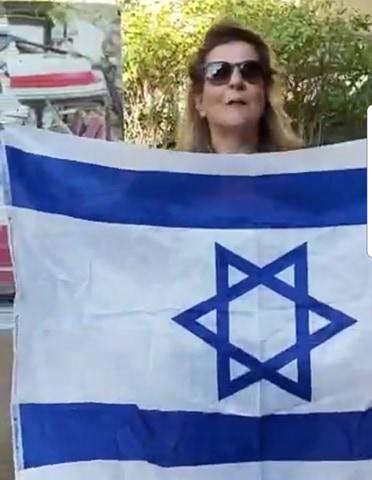 """רות נוראל, אלמנת צה""""ל, תושבת כפר סבא הגיעה להפגין מול ביתו של אשכנזי, ברחוב הכרמל בעיר"""