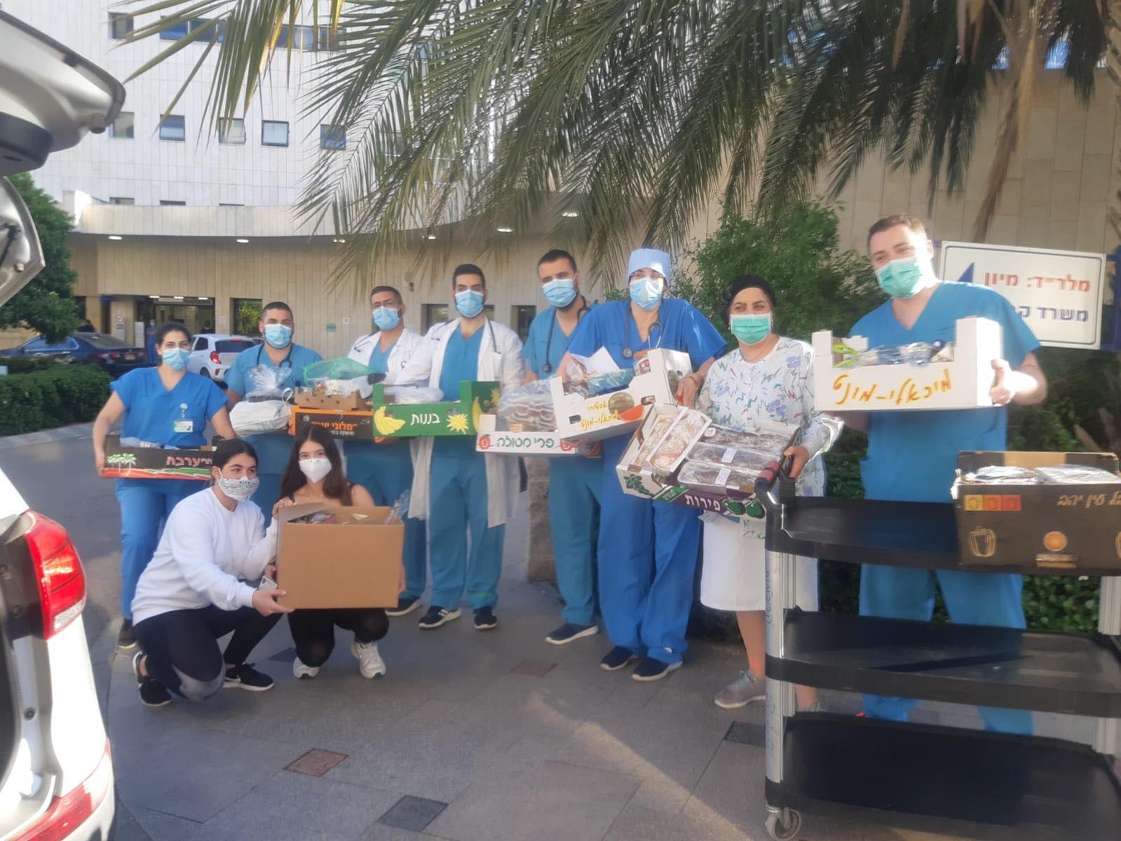 """נפלאות: תלמידות כיתה ט' בחטיבת אלון ארגנו עוגות לצוות הרפואי בביה""""ח מאיר"""