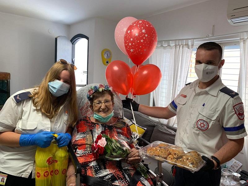 """קישוטים ופרחים באמבולנס: כך הפתיע צוות מד""""א חולה בת 82 לרגל יום הולדתה, זו השנה השנייה ברציפות"""
