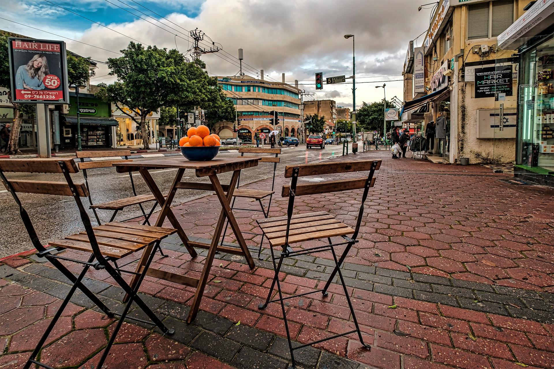 עיריית כפר סבא תאפשר לבעלי מסעדות ומתחמי מזון בעיר להוציא שולחנות וכיסאות החוצה, ללא כל חיוב