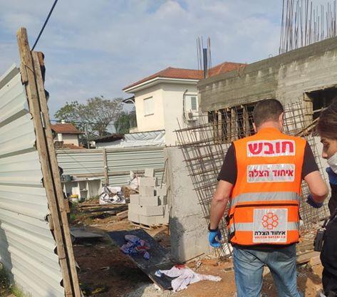 פועל נפל מגג באתר בניה בכפר סבא – מצבו בינוני