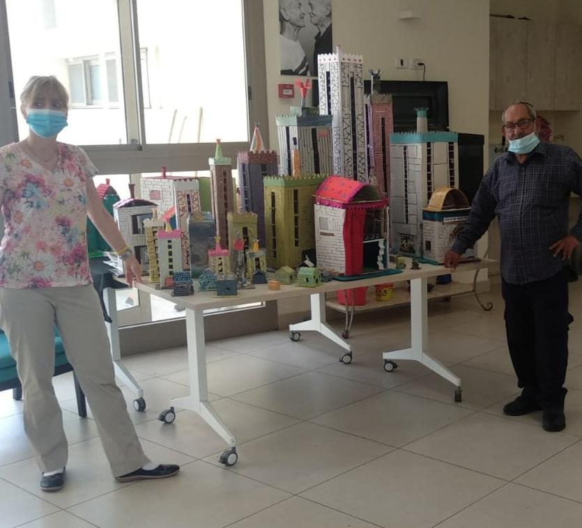 לשלום סאיג מכפר סבא יש שיגעון לקרטון, ראו איזה תערוכה מדהימה הקים במרכז יום אזר
