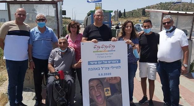 המשנה לראש עיריית כפר סבא, אורן כהן, ופעילים יצאו לחלק צ'ופרים לחיילים במחסומים ובמוצבים
