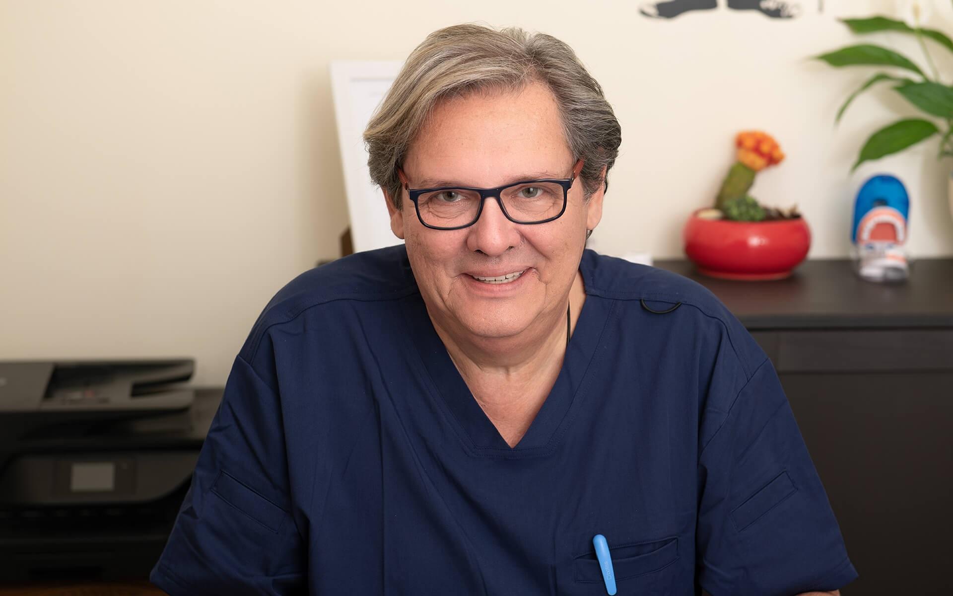 """המלצה חמה: ד""""ר דני כץ, רופא שינייםבעל תואר ד""""ר למדעי הרפואה בתחום ההשתלות, בעל ותק ומוניטין של 36 שנים"""