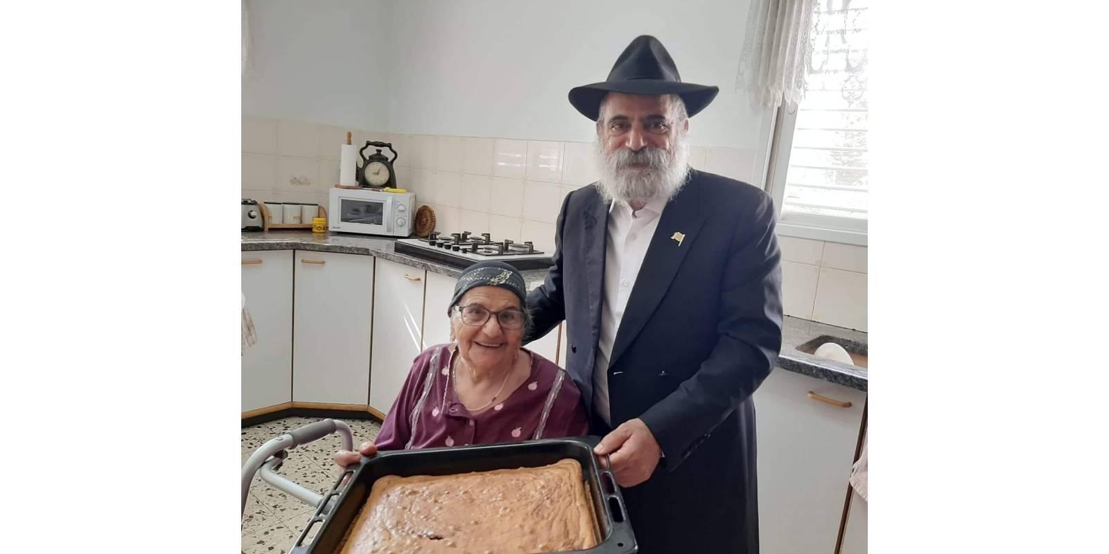 """מזל, אימו היקרה של יו""""ר חב""""ד בכפר סבא, הרב יואל ימיני, זכתה השבוע לפגוש בצאצאית ה-315 שלה"""