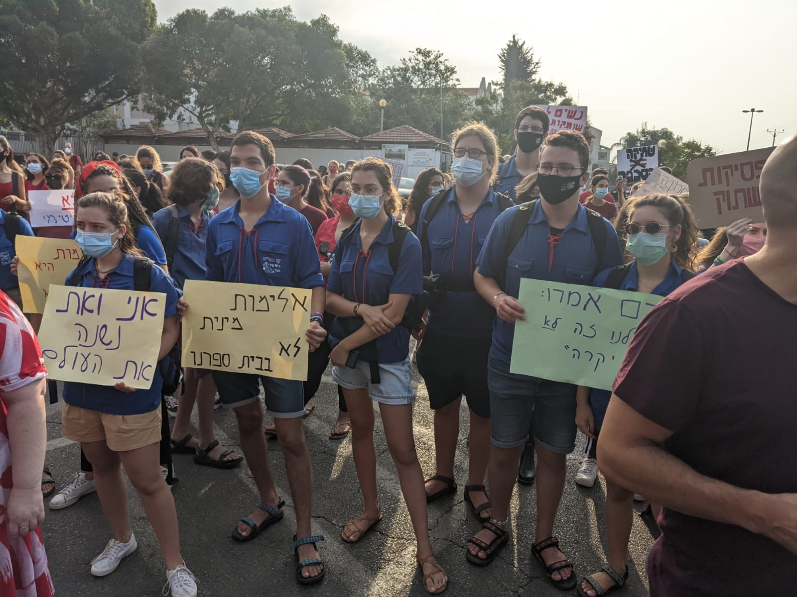 מחאת ענק הבוקר על רקע השלטים המיניים שנתלו בתיכונים בכפר סבא