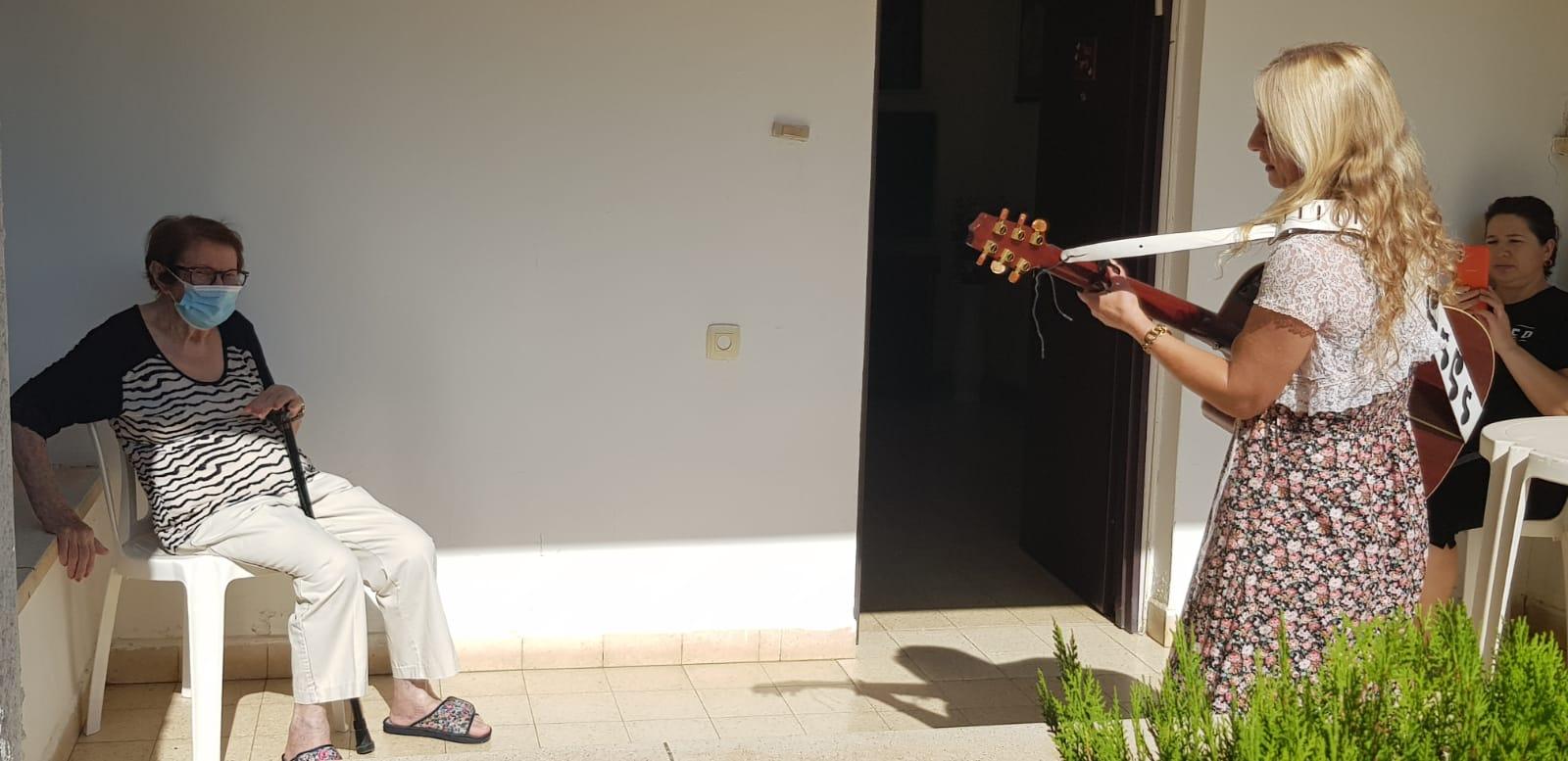הזמרת רחלי וולשטיין מגיעה לשיר במרפסתם של חברי מועדון בודדים