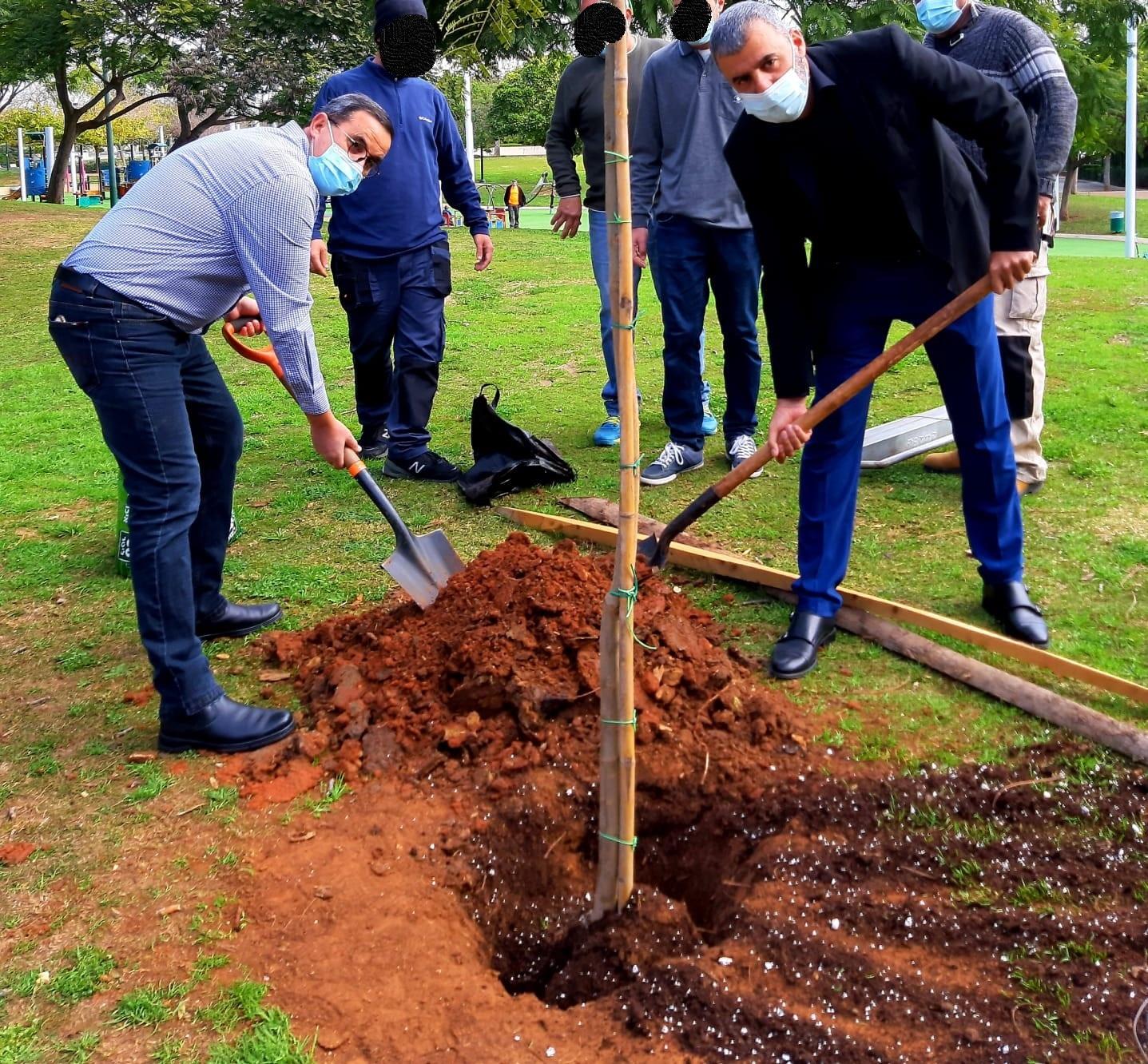 """ראש העיר רפי סער וסגנו דני הרוש, נטעו עצים לכבוד ט""""ו בשבט, יחד עם עמותת """"שכולו טוב"""", המועסקים בפארק העירוני"""