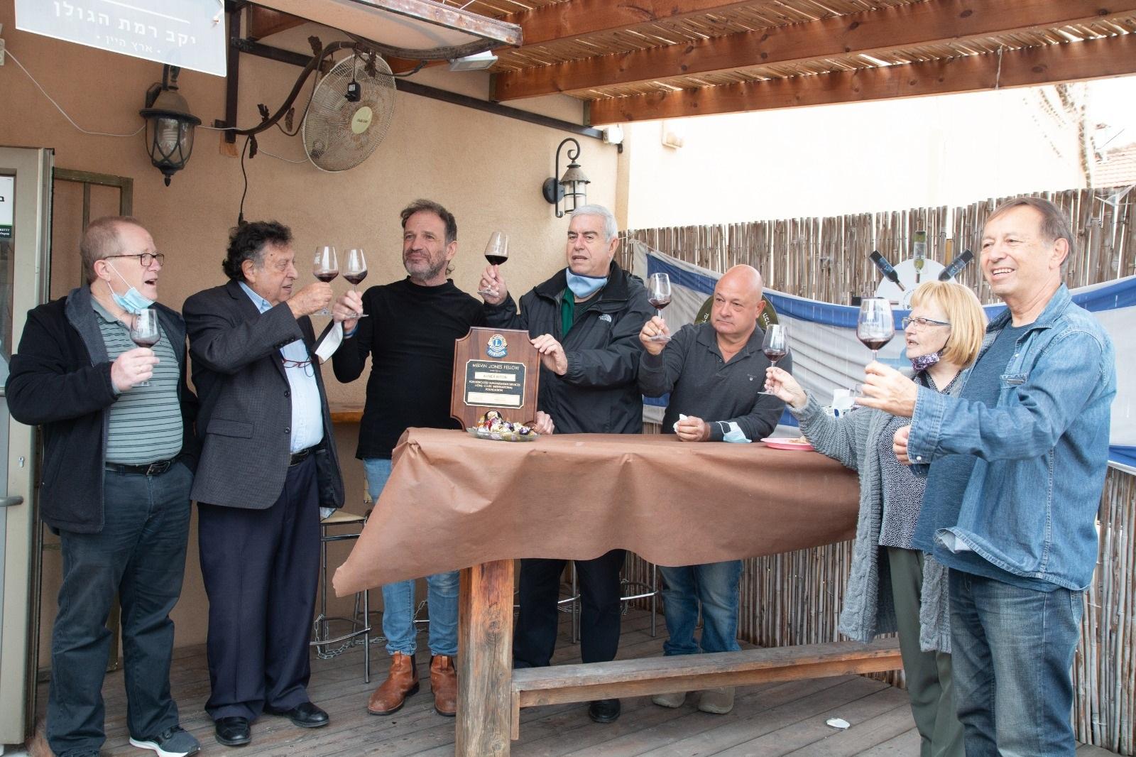 מתנדבי מועדון ליונס כפר סבא חילקו מגן למתנדבים בקהילה