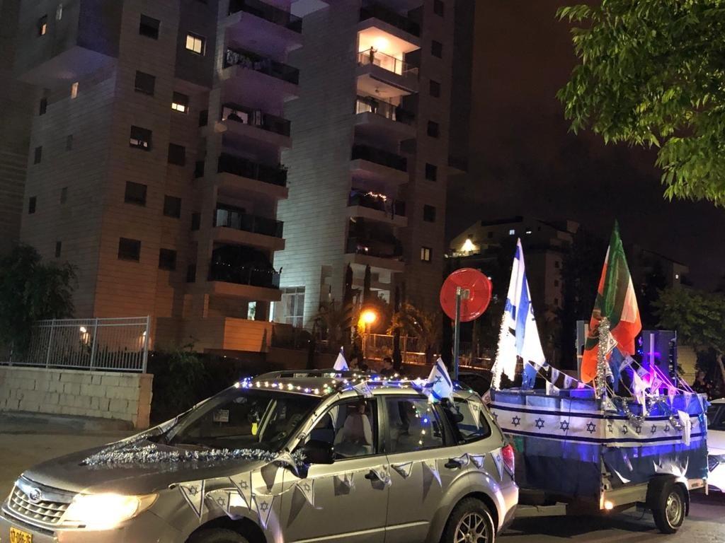 חוגגים עצמאות בכפר סבא: מיצג אור קולי ברחבת העירייה, שירה בציבור ואווירת חג בגינות העיר
