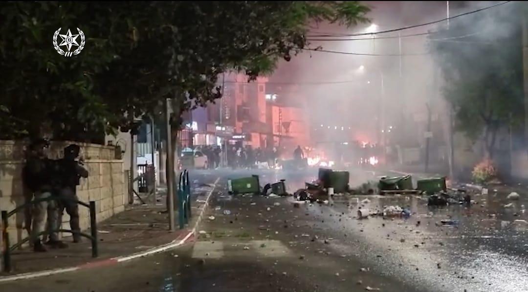 משטרת ישראל פיזרה אמש מאות מתפרעים במרכז העיר טירה והשליכו לעבר השוטרים אבנים, זיקוקים ובקבוקי תבערה